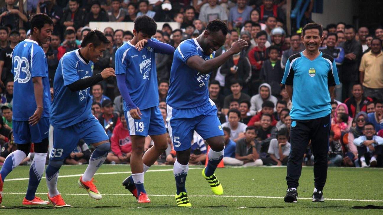 Michael Essien's first Indonesian League goal [Video]